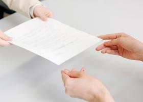 人事異動に応じず、従来の職場に出勤する社員への対応