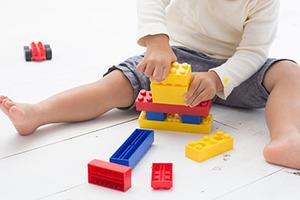 リビングでPC作業中、同じ部屋で遊んでいた自分の子どもが投げたオモチャが頭に当たってケガをした。