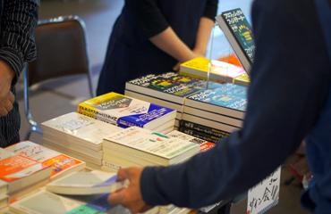 書籍販売の様子(1階)