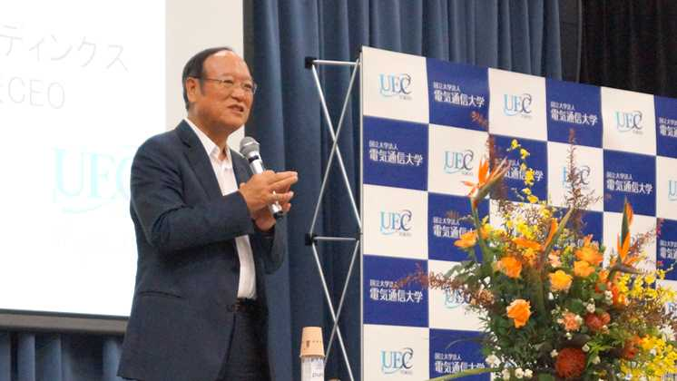 株式会社ケーズホールディングス 代表取締役会長・加藤修一氏による講演の様子
