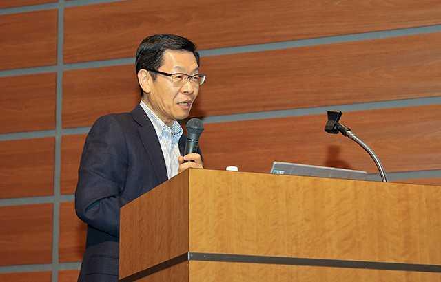 NPO法人健康経営研究会 理事長 岡田邦夫氏による講演の様子