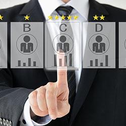 人事評価が業績向上につながっているのは半分以下。業績向上と相関するのは「評価結果をオープンにする」「低評価者へのフォロー」など