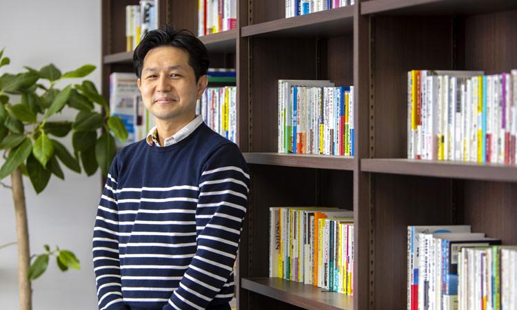山野美容芸術短期大学特任教授 新井卓二さん 写真
