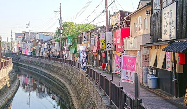 折尾の街の堀川沿いに並ぶ酒場たち