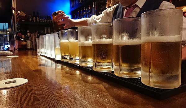 カウンターの全員が同時にホッピーをオーダーし、13杯を同時提供する大技