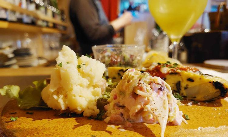 「全力のランチコース」の前菜をノンアルで。アテと酒で成り立つ日本の酒場は大切な文化だと思う。
