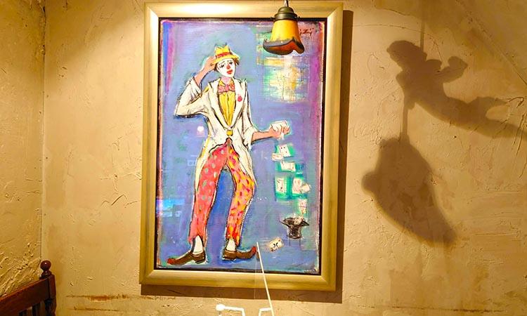 ジョーカーの画家の原画が……。この酒場とも深いつながりがあります。