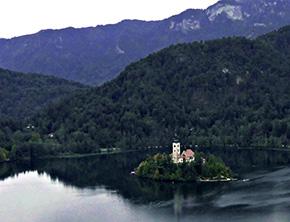 IEDCより眺める、小島が浮かぶブレッド湖は「アルプスの瞳」と呼ばれている。